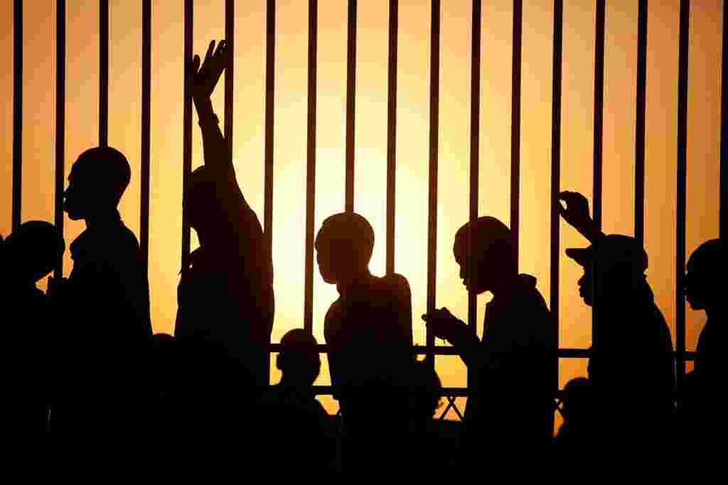 مردم جنوب سودان در نخستين ساعات بامداد برای رأی دادن به استقلال، در جوبا پايتخت سودان جنوبی صف بسته اند. 9 ژانويه 2011 (AP)