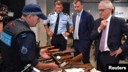말콤 턴불 호주 총리(오른쪽)가 6일 시드니에서 최근 전국적으로 회수한 불법 총기들을 보고 있다.