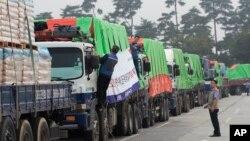 지난 2012년 9월 경기도 파주시 임진강 통일대교에서 민간 구호단체 등이 마련한 대북 수해지원 밀가루 500t을 실은 트럭이 북한으로 향하고 있다. (자료사진)