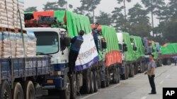 南韓的糧食援助卡車前往北韓開城(資料照片)