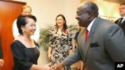 托马斯大使(右)在国庆招待会欢迎菲律宾前总统和现议员阿罗约