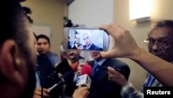 Un periodista usa un teléfono móvil durante una conferencia de prensa con miembros del Parlamento Europeo en Managua, Nicaragua, el 26 de enero de 2019.