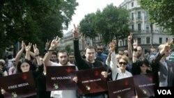 Demonstrasi memprotes tindakan keras oleh para petugas keamanan di Tbilisi, Georgia.