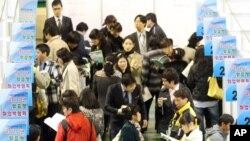 지난달 27일 서울에서 열린 '북한이탈주민을 위한 2010년 맞춤형 취업박람회'에 참석한 탈북자들