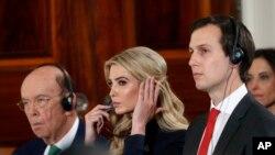 Jared Kushner (ngoài cùng bên phải) và vợ Ivanka Trump.