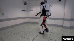 Un patient atteint de tétraplégie marche à l'aide d'un exosquelette à Grenoble, en France, en février 2019, dans cette image fixe extraite d'un document vidéo du Fonds De Dotation Clinatec.