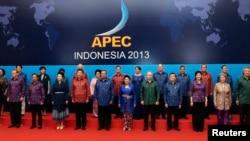 2013年10月,参加印度尼西亚巴厘岛亚太经合会议的领导人合影(资料照片)