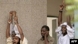 Ba trong 4 kẻ bị buộc tội giết hại giới chức Hoa Kỳ và người lái xe la ó trong lúc bị giải ra khỏi tòa án ở Khartoum ngày 24 tháng sáu, 2009