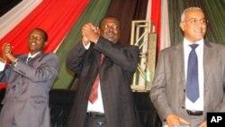 Musalia Mudavadi (kati kati) akitangaza kujiuzulu kwake kutoka ODM akiwa pamoja na Najib Balala (kulia)