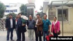 多名在武漢地區失蹤子女的家長到拘留所迎接網媒記者王濤 (推特圖片)