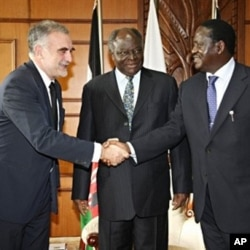 Kenyan President Mwai Kibaki (C) and Kenyan PM Raila Odinga (R) greeting the Chief Prosecutor for the International Criminal Court, Luis Moreno-Ocampo (L), meeting in Nairobi, 05 Nov 2009 (Kenyan Presidential press service office)