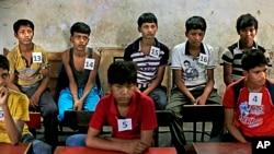 Anak-anak India yang dijadikan buruh menunggu diproses di tempat penampungan setelah diselamatkan oleh Bachpan Bachao Andolan, atau Gerakan Penyelamatan Masa Kanak-Kanak dari sebuah pabrik di New Delhi (11/6).