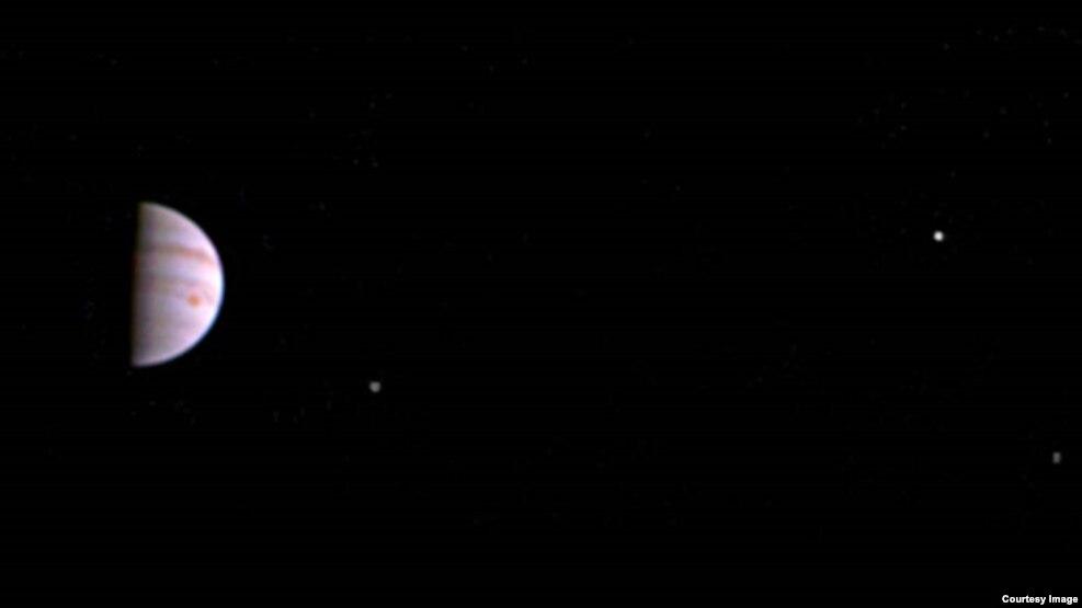 Sonda Juno dërgon imazhet e para nga Jupiteri