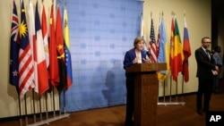 사만사 파워 유엔주재 미국대사가 25일 유엔 안보리 회의 뒤 기자회견을 열고 대북 제재 결의안 초안에 담긴 핵심 내용들을 설명하고 있다.