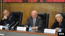 俄罗斯总统人权委员会在莫斯科的一次新闻发布会上,阿列克谢耶娃(右)讲话,中间是人权委员会主席菲多托夫。