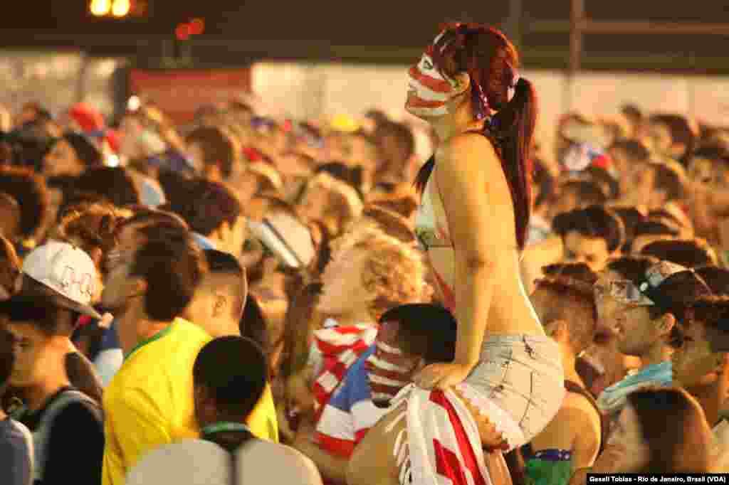 Más de 90 mil estadounidenses invadieron Brasil para apoyar a su selección durante el Mundial de Brasil. Durante cada partido, demostraron su pasión por el fútbol y su apoyo incondicional a su equipo. [Fotos: Gesell Tobías, VOA]