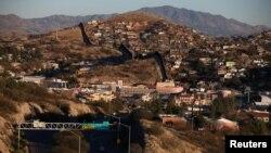 La frontera entre México y Estados Unidos vista desde la ciudad de Nogales, Arizona, EE.UU., el 31 de enero, 2017.