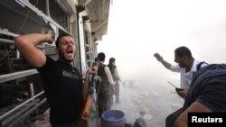 30일 시리아 알레포에서 정부군과 교전 중인 반군들.