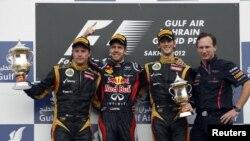 Para pembalap mobil Formula Satu (dari kiri: Kimi Raikkonen (Finlandia), Sebastian Vettel (Jerman), Romain Grosjean (Perancis) dan Tim Sponsor Red Bull Christian Horner) berpose seusai pertandingan Bahrain Grand Prix F1 di sirkuit Sakhir, Manama (22/4).