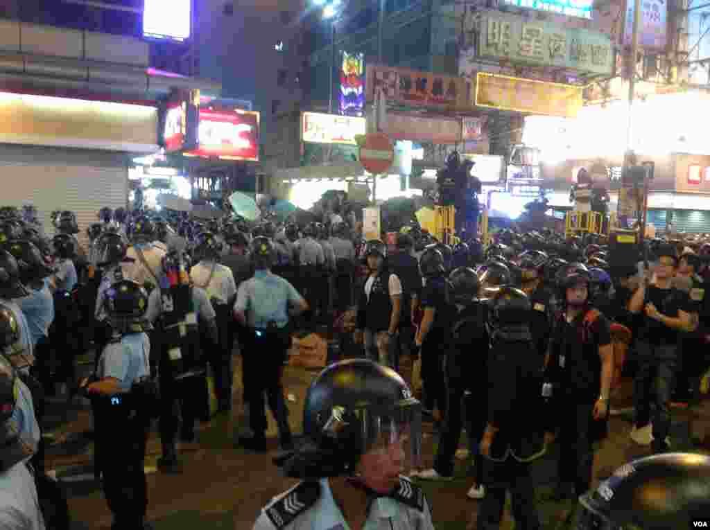 香港占领人士在旺角占领区砵兰街与警方对峙 (美国之音海彦 拍摄)