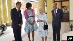 Shugaba Obama na Amirka da matarsa Michelle da saurauniyar Ingila Elizabeth da mijinta Yarima Phillip, a kofar fadar Buckingham a birni London.