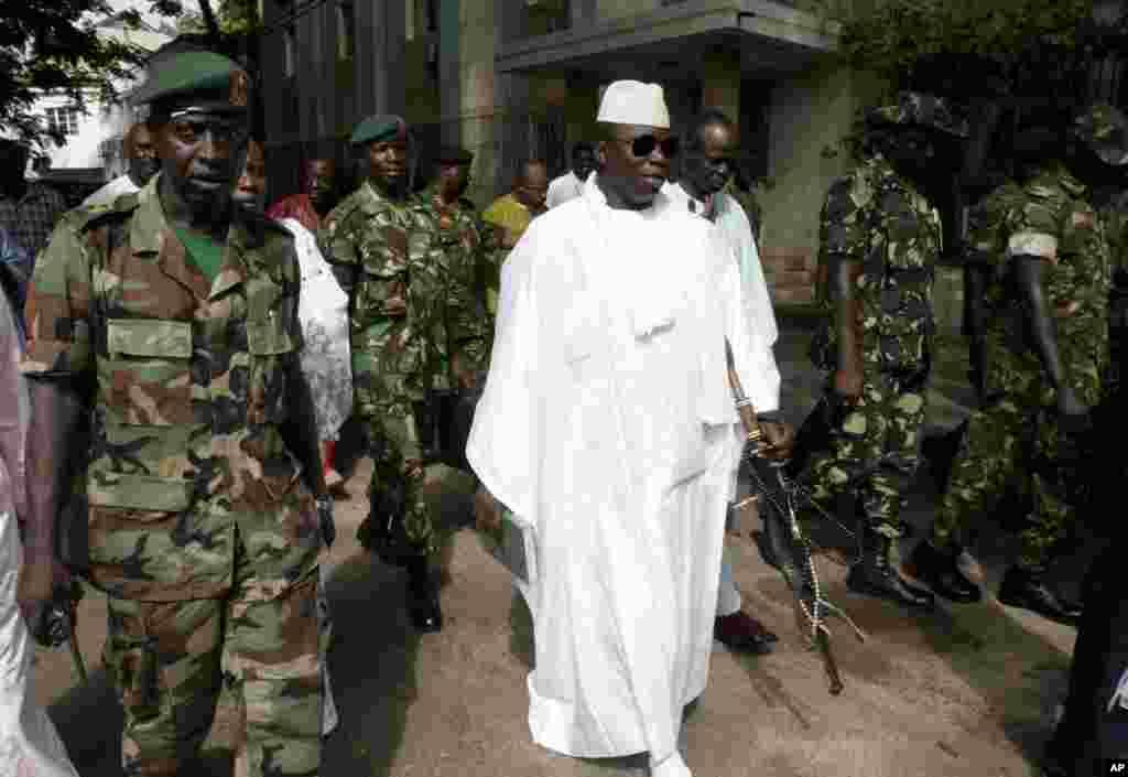 Le président gambien Yahya Jammeh, quitte un bureau de vote à Banjul après avoir voté pour la présidence à Banjul, en Gambie, le 30 décembre 2014
