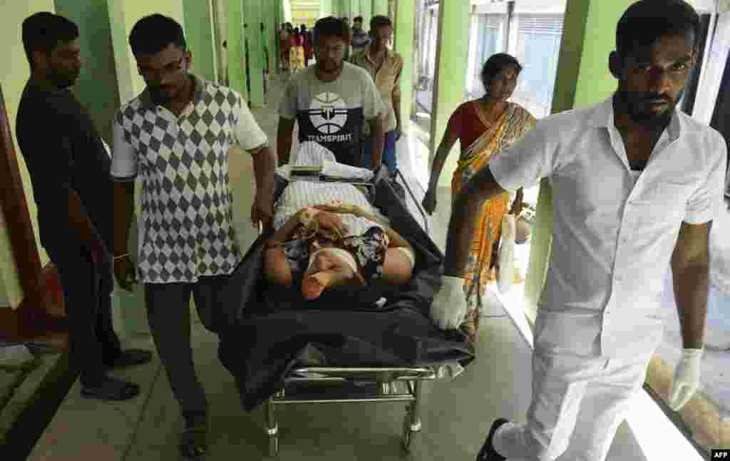 عید پاک خونین در سریلانکا - انتقال زخمی ها به بیمارستان پس از انفجار در کلیسایی در شهر باتیکالوآ در جنوب سریلانکا