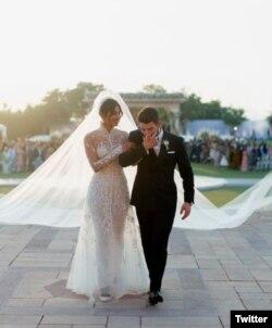 پریانکا اور جونز کرسچن روایات کے تحت شادی کی تقریب میں