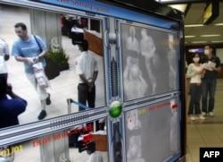 Para turis melewati thermal scanner atau pemindai suhu tubuh di bandara internasional Ngurah Rai, Denpasar, Bali (foto: dok).
