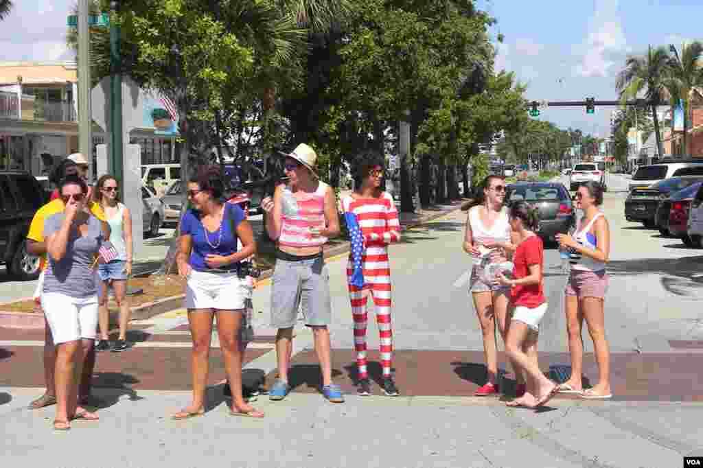 Al desfile del día de la Independencia en tono festivo.
