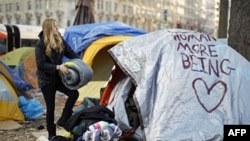 Tuân thủ theo thời hạn mới được đưa ra, một người biểu tình thuộc phong trào chiếm lĩnh cắm lều tại Quảng trường McPherson trong thủ đô Washington đang tháo dỡ lều trại
