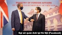 Phó Thủ tướng-Bộ trưởng Ngoại giao Anh Dominic Raab (trái) và Bộ trưởng Ngoại giao Việt Nam Bùi Thanh Sơn trong cuộc gặp ngày 22/6/2021 tại Hà Nội.