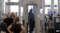 Badan Keamanan Transportasi Amerika (TSA) dilaporkan akan memperluas pemeriksaan terhadap para penumpang pesawat terbang (foto: dok).