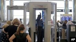 美国波士顿机场的人身扫描器安检程序(资料照片)。
