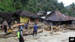 Tim SAR melakukan pencarian korban dan penyintas menyusul bencana banjir bandang dan tanah longsor di Mandailing Natal, Sumatera Utara, 13 Oktober 2018.