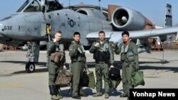 지난 6월 미한 공군 연합훈련인 '쌍매훈련(Buddy Wing)'에 앞서 미한 공군 조종사들이 A-10 공격기 앞에서 결의를 다지고 있다. (자료사진)