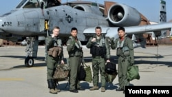 24일 미한 공군 연합훈련인 '쌍매훈련(Buddy Wing)'에 앞서 미한 공군 조종사들이 A-10 공격기 앞에서 결의를 다지고 있다.