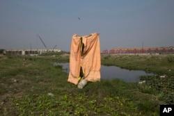 ສ້ວມຖ່າຍຊົ່ວຄາວ ທີ່ຕິດຕັ້ງຂຶ້ນ ໂດຍພວກຊາວກະສິກອນ ສຳລັບພວກເຂົາເຈົ້ານຳໃຊ້ ທີ່ສາມາດແນມເຫັນໄດ້ ຢູ່ແຄມແມ່ນ້ຳ Yamuna ໃນນະຄອນຫຼວງ New Delhi ຂອງອິນເດຍ, ວັນທີ 19 ພະຈິກ 2015.
