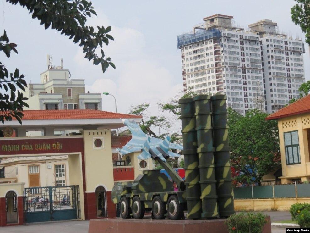 Hai toà tháp Capital Garden (bên phải) nhìn từ bên trong cổng chính Bộ Tư lệnh PKKQ.