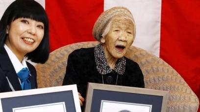 Bà Kane Tanaka, 116 tuổi, nhận chứng chỉ người phụ nữ sống thọ nhất thế giới của Kỉ lục Thế giới Guinness ở Fukuoka, Nhật Bản, ngày 9 tháng 3, 2019.