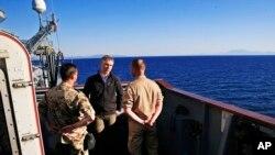 Le secrétaire général de l'Otan Jens Stoltenberg, au centre, parle avec des soldats allemands stationnés près des côtes turques, le 21 avril 2016.