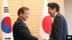 미·북 정상회담 추진 상황을 설명하기 위해 일본을 방문한 서훈 한국 국정원장(왼쪽) 이 13일 도쿄 총리 공관에서 아베 신조 일본 총리를 만나 악수하고 있다.
