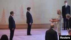 Ibu Negara AS Jill Biden (kanan) bertemu dengan Kaisar Naruhito dan PM Jepang Yoshihide Suga (kiri) di Istana Kekaisaran di Tokyo, menjelang upacara pembukaan Olimpiade Tokyo 2020, 23 Juli 2021. (Foto: Sekretariat Kabinet/Handout via REUTERS)