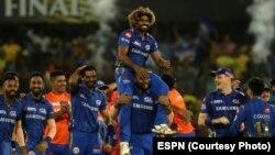 فائنل جیتنے کے بعد ممبئی انڈیئنز کے کھلاڑی لاستھ مالنگا کو کندھوں پر اٹھائے ہوئے ہیں