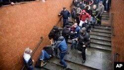 Những người thân Nga đánh một nhà hoạt động ủng hộ Phương Tây nằm trên cầu thang trong cuộc biểu tình của những người thân Nga ở Kharkiv, Ukraine, 13/4/14