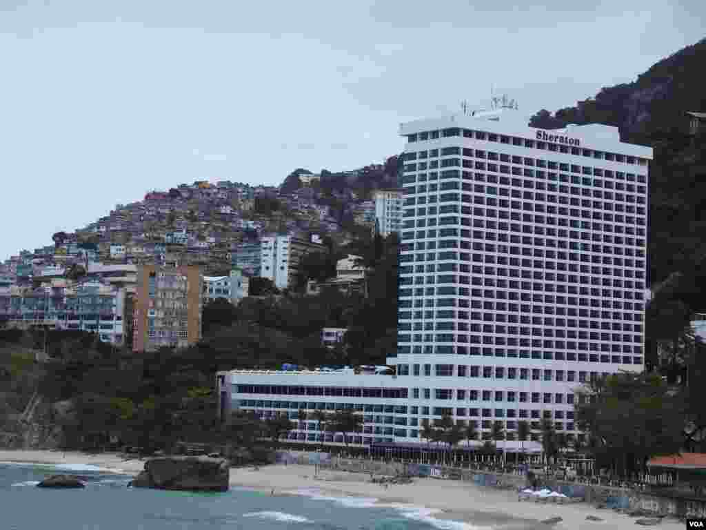 هتل مجلل شرایتون و پشت آن منطقه ای زاغه نشین در شهر ریو.