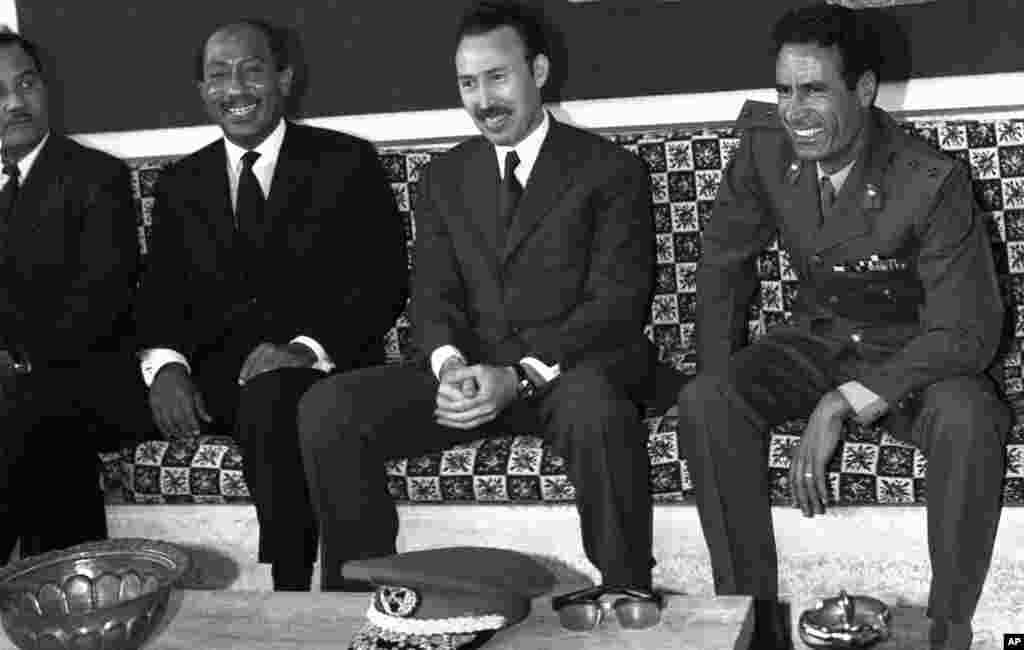 卡扎菲(右) 1972年在利比亞機場迎接到訪的埃及總統薩達特(左)和阿爾及利亞總統布邁丁(中)。 (法新社)