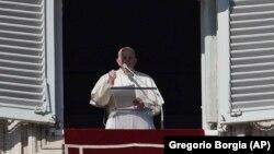 Le pape François récite la prière de l'Angélus depuis la fenêtre de l'appartement pontifical donnant sur la place Saint-Pierre au Vatican, 1er janvier 2020.