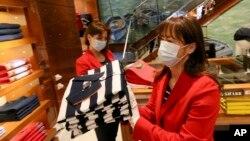 Hai phụ nữ mang khẩu trang chuẩn bi mở cửa trở lại một cửa hàng tại Vienna, Áo ngày 14/4/2020.