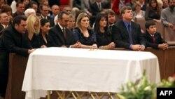 Gia đình bé Christina Taylor Green, và những người đến dự tang lễ cầu nguyện phía sau quan tài trong buổi lễ